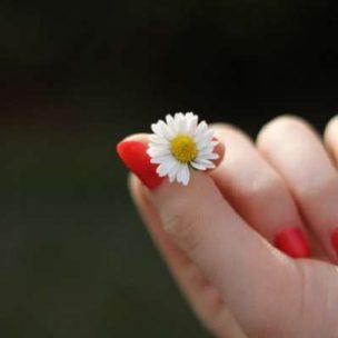 Was hilft gegen das Fingernägelkauen? Einfache Tricks gegen das lästige Laster!