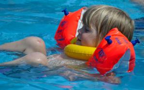 So lernt euer Kind richtig schwimmen! 12 Tipps wie euer Kind mit euch schwimmen lernt!