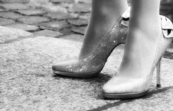 Zu kleine Schuhe? Schmerzen? Diese Tricks helfen!