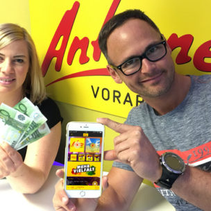 Der ANTENNE VORARLBERG – Money Man! App installieren und Geld kassieren! Habt ihr unsere kostenlose ANTENNE VORARLBERG - App auf dem Smartphone installiert, schenkt Euch unser Money Man 100 Euro in bar auf die Hand!